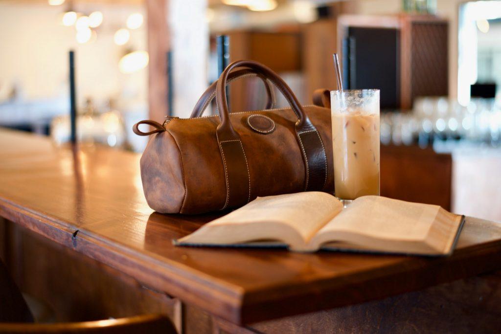 bolso en mesa