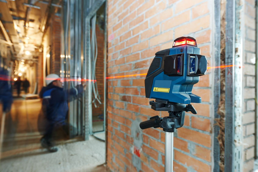 medición de nivel láser en el sitio de construcción