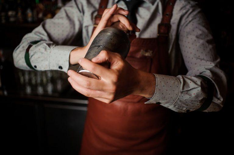 Un barman haciendo un coktail