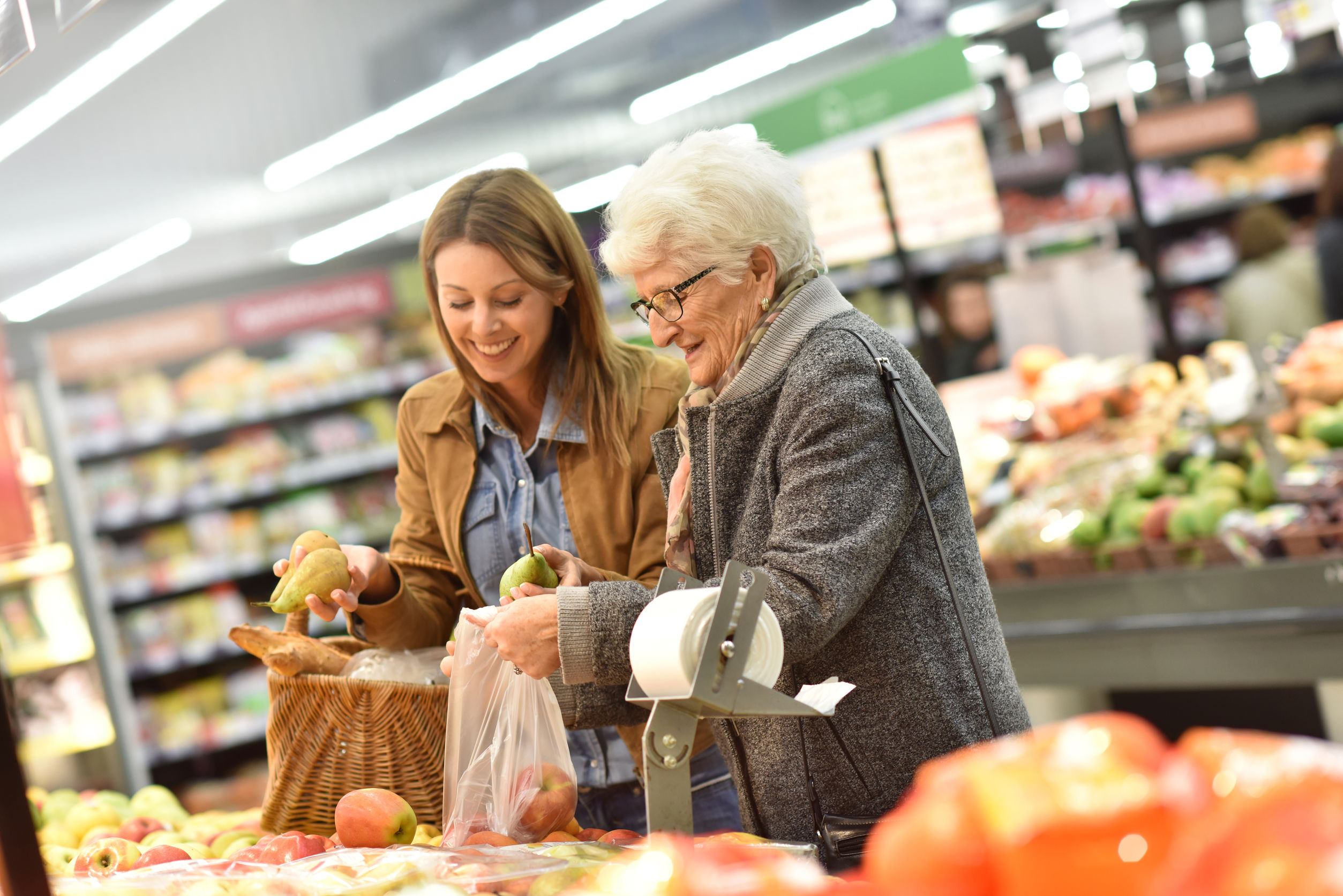 Dos mujeres haciendo las compras en el supermercado