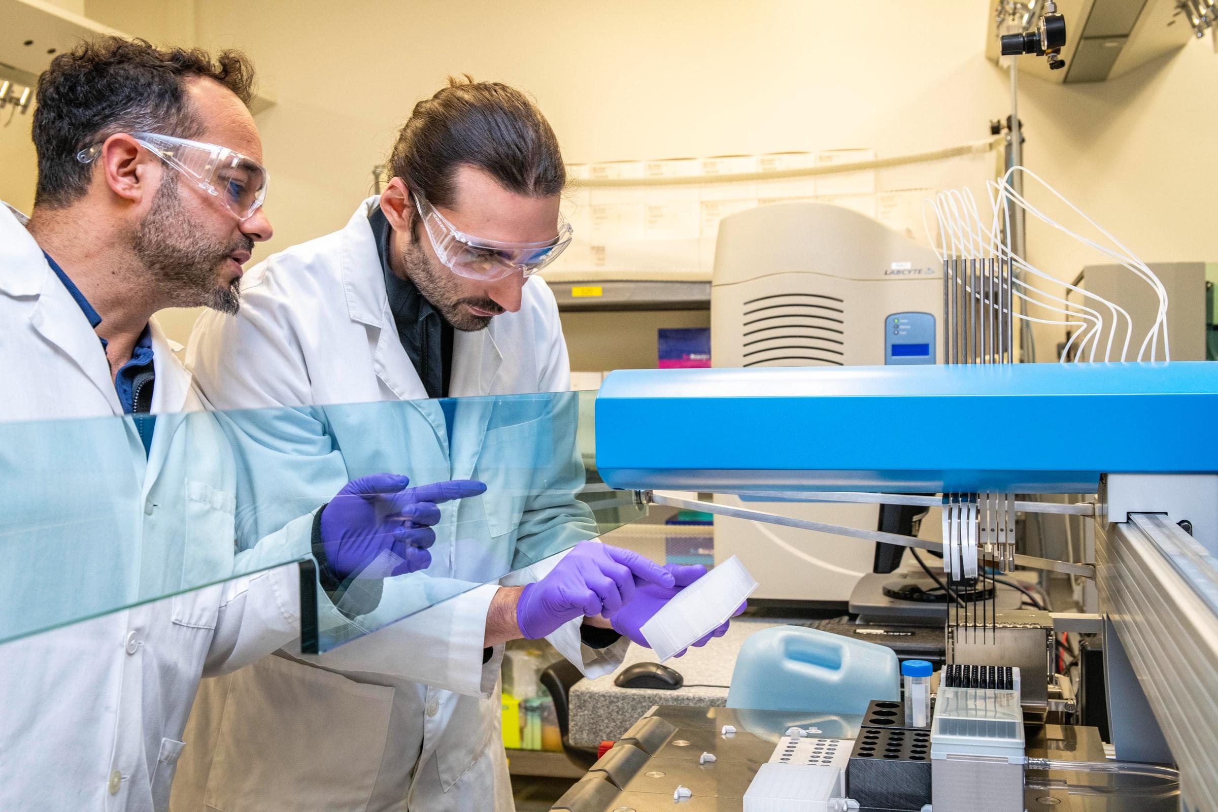 Personas trabajando en un laboratorio