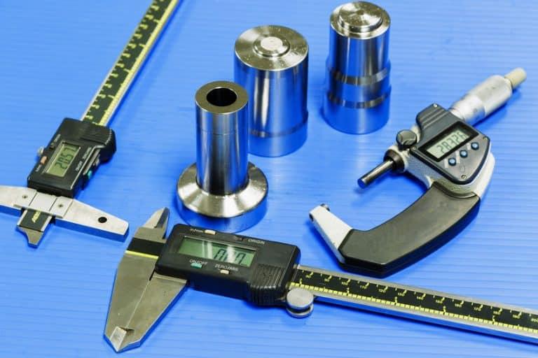 micrometro con sus piezas elementales