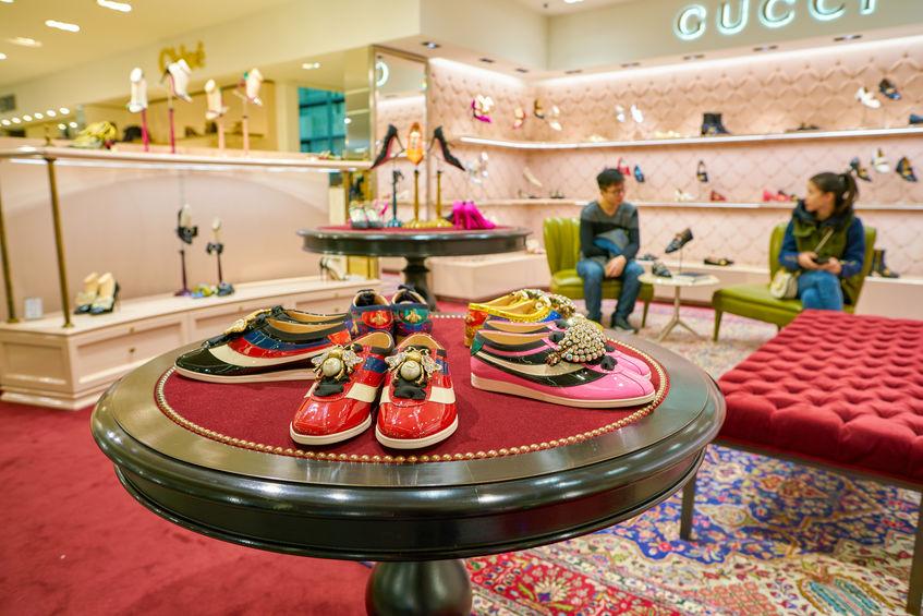 estanteria de zapatos gucci