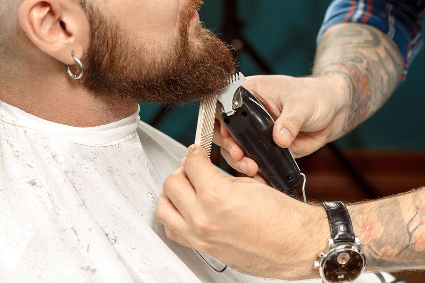 chico recortando su barba