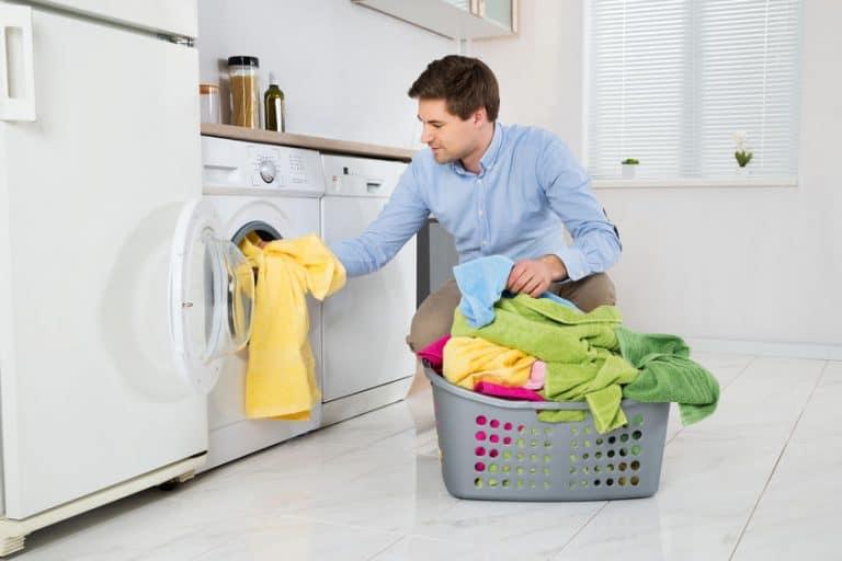Un hombre poniendo una lavadora