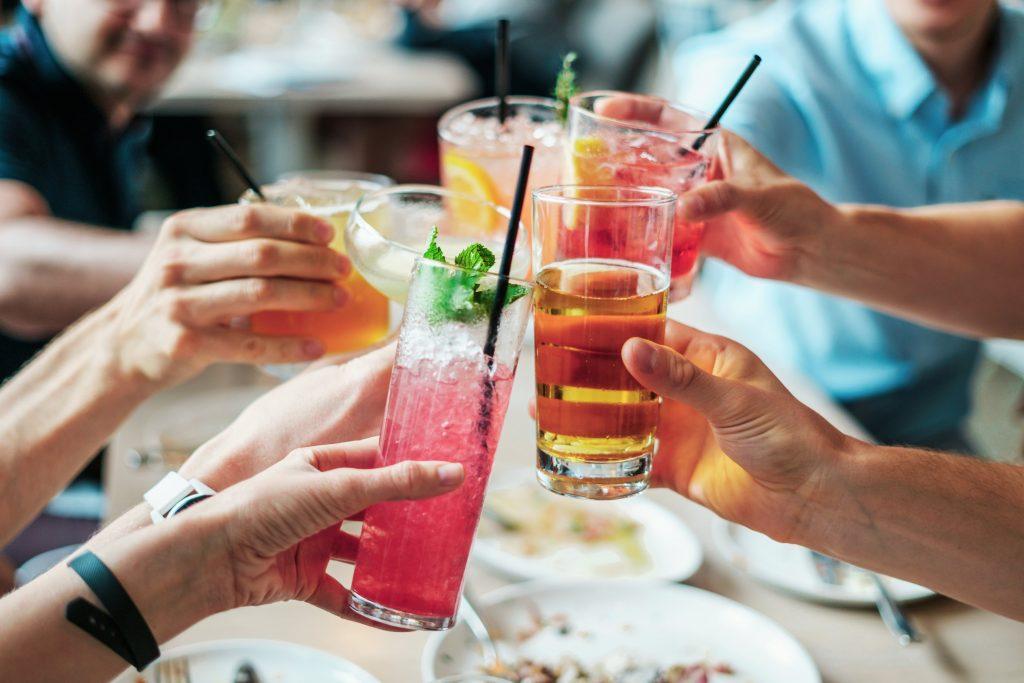 Grupo de amigos brindando con refrescos