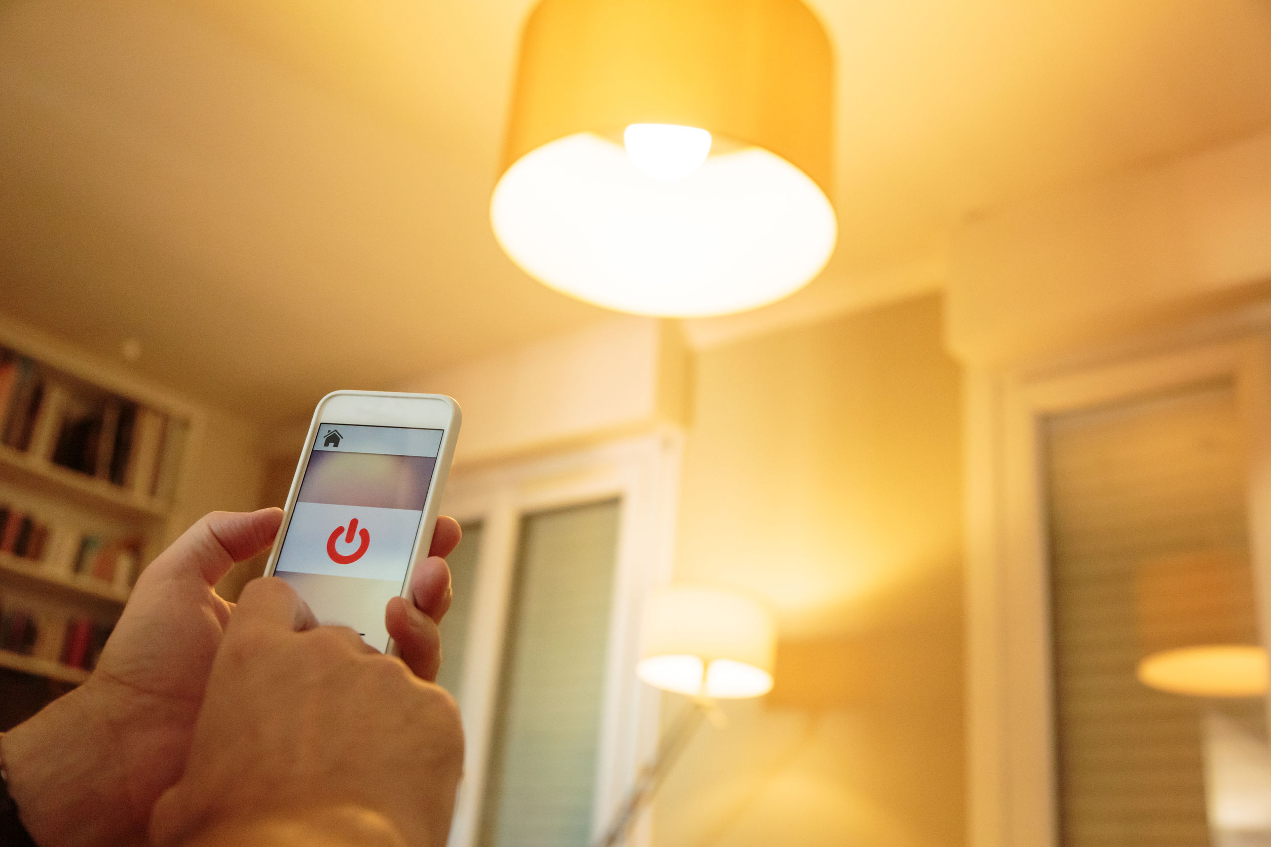 Persona encendiendo lampara inteligente