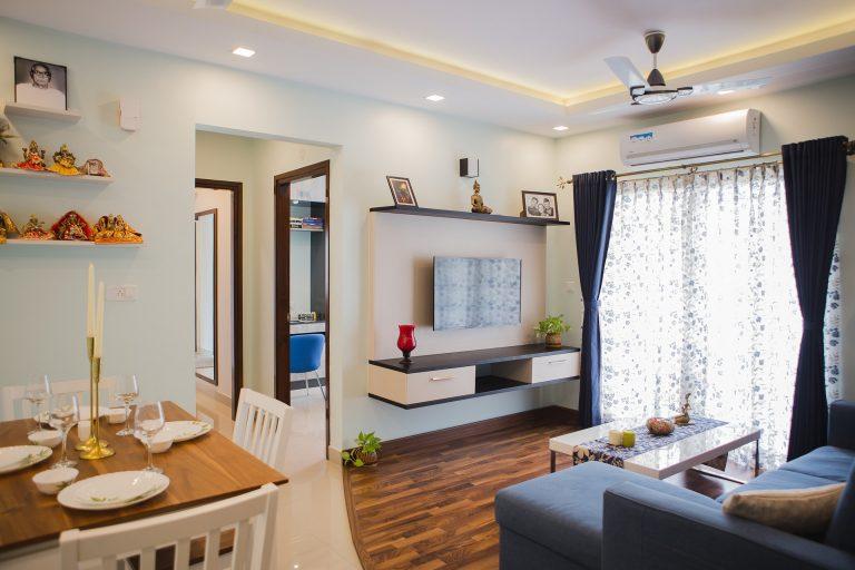 Sala de casa con cortinas azules