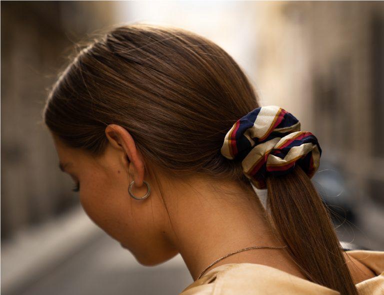Mujer con pelo recogido con coleta