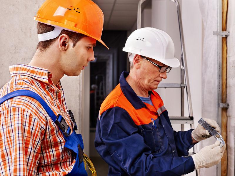 Hombres en uniforme de constructor.