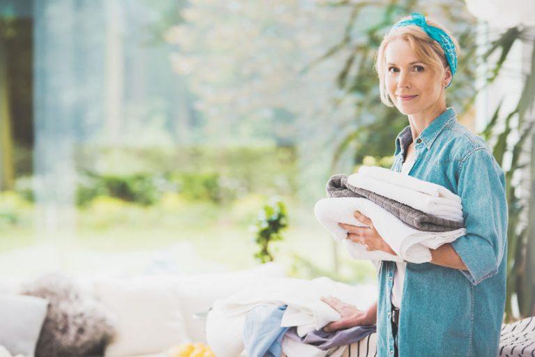 Una mujer haciendo la colada