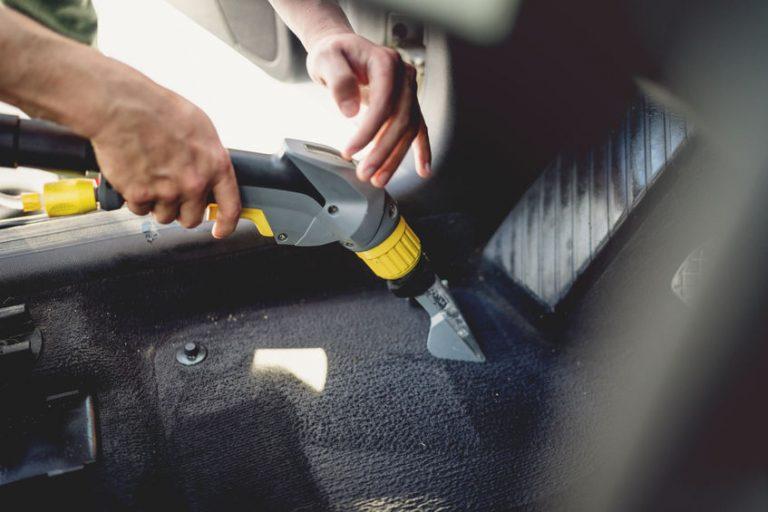 Hombre limpiando automóvil