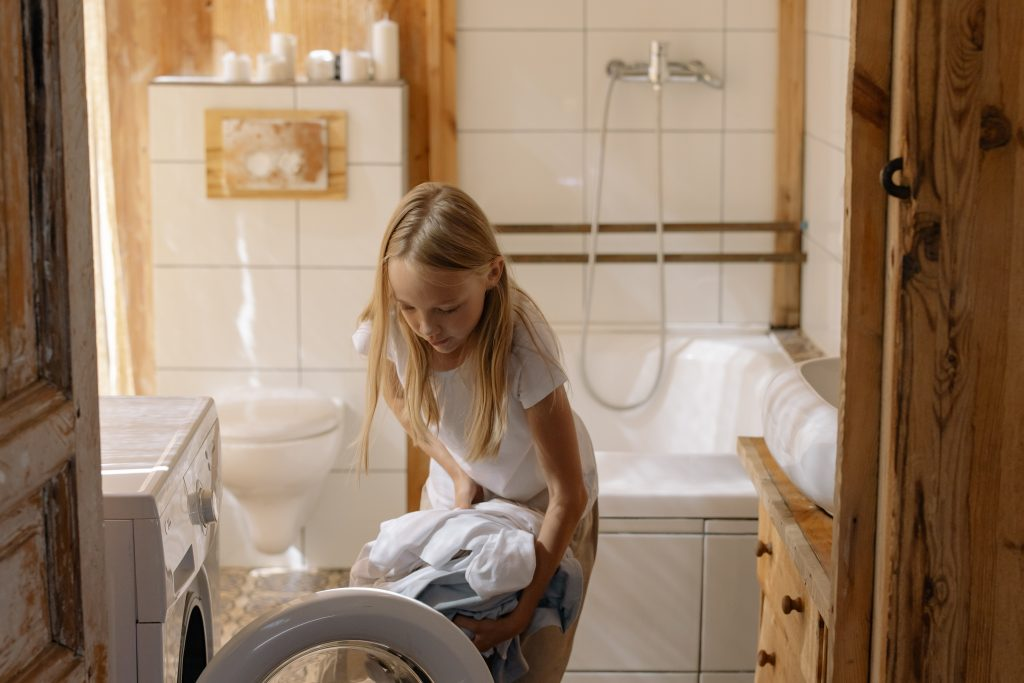 niña lavando