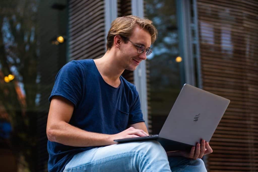 Imagem de um homem usando um Ultrabook.
