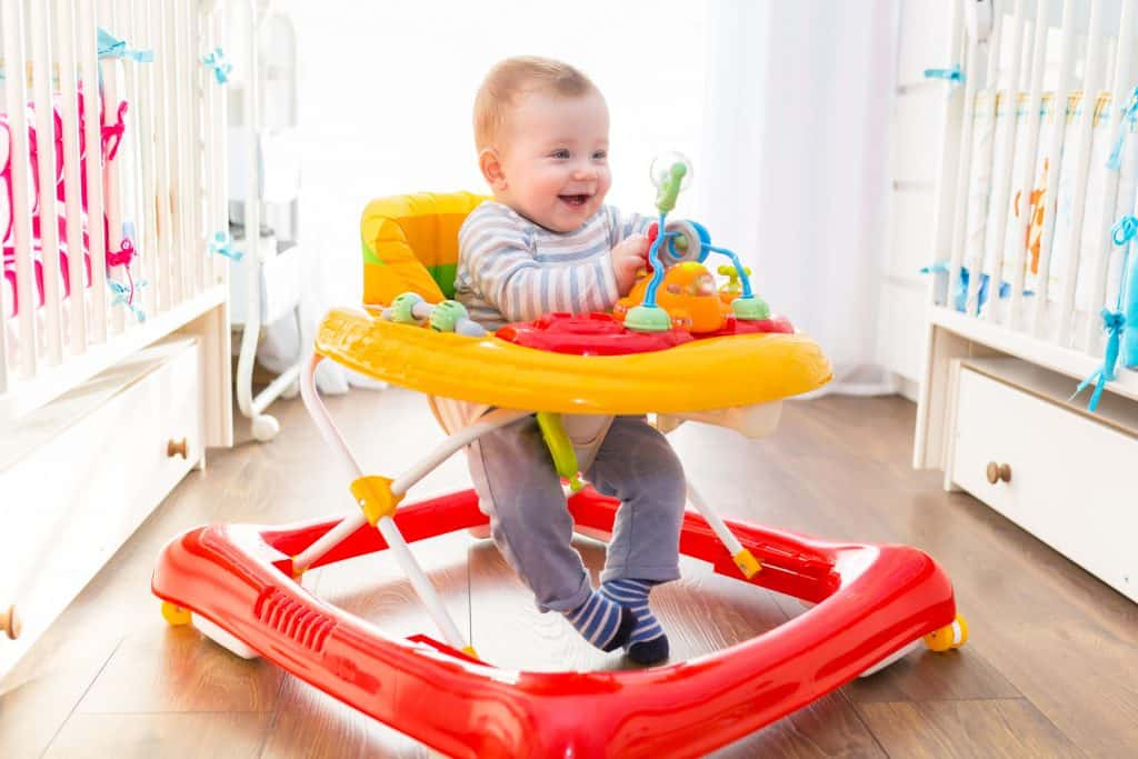 Imagem de criança sorrindo em andador.