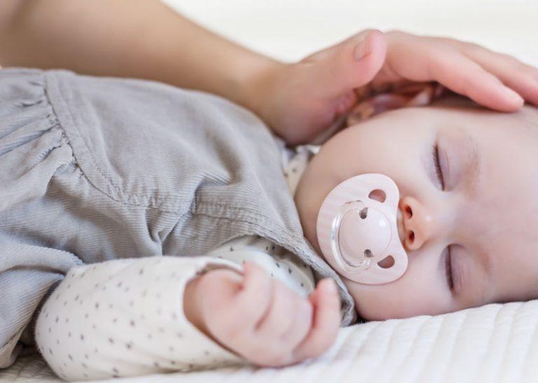 Bebé acariciado por mamá