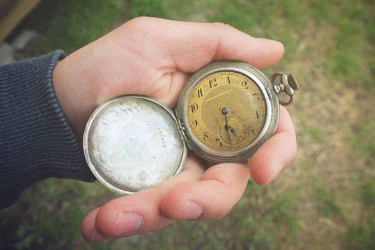 Persona con reloj en su mano