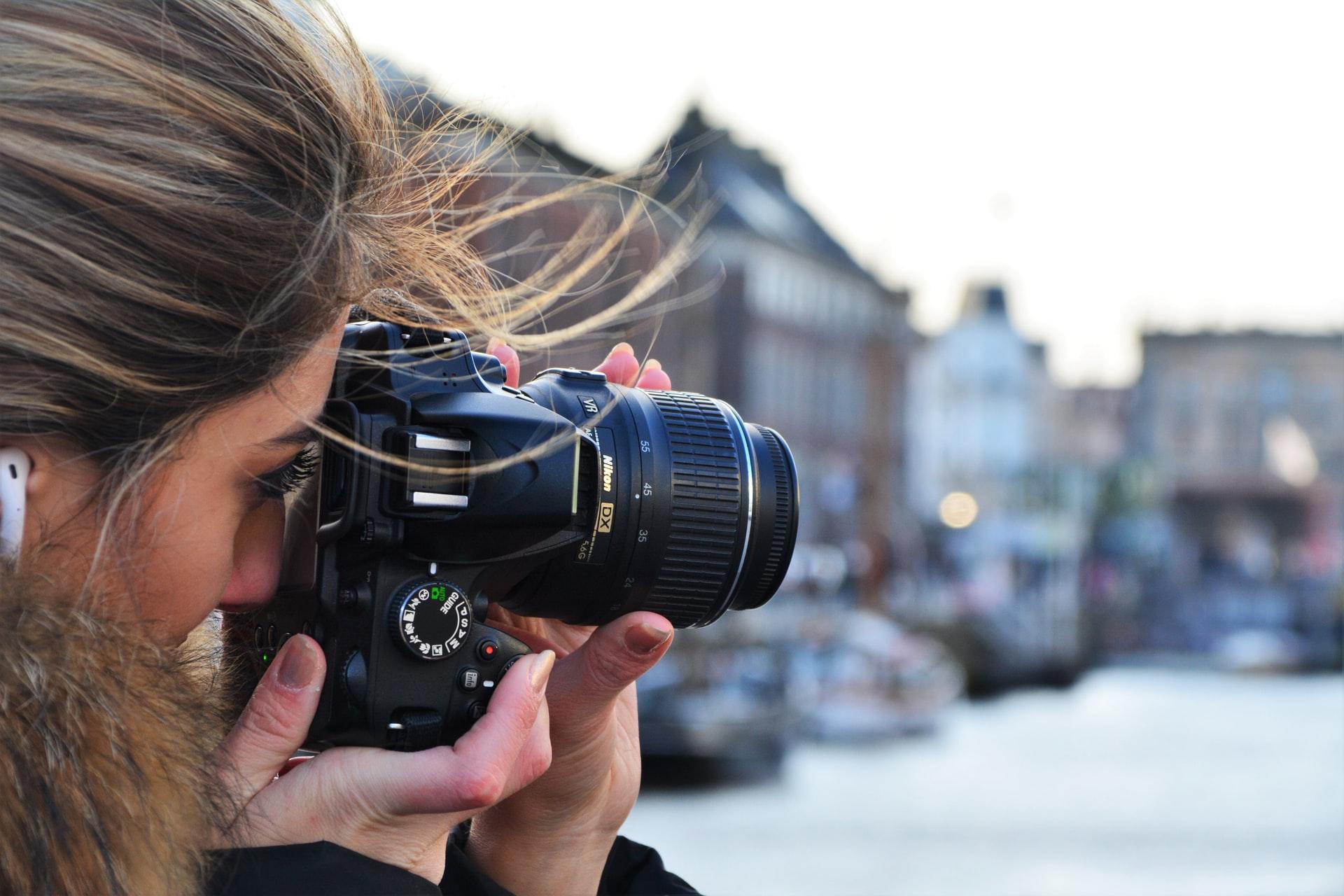 chica tomando fotografia