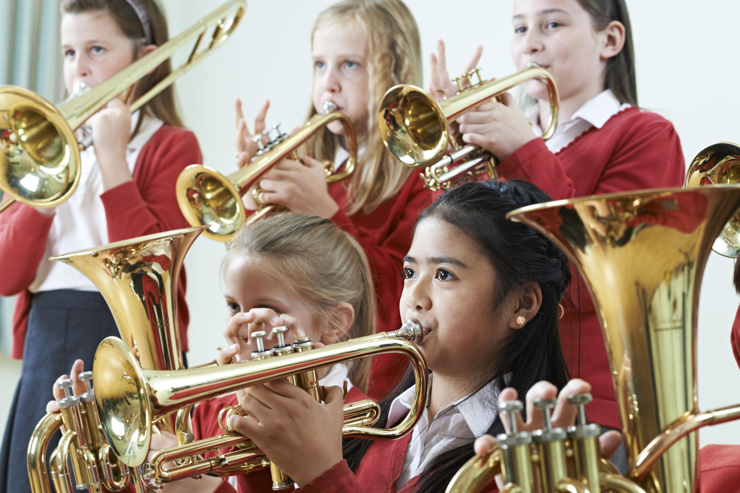 Grupo de estudiantes que juegan en la Orquesta Escuela Juntos