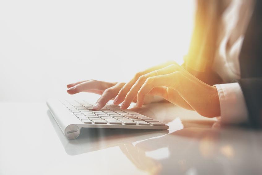 chica con teclado para ipad