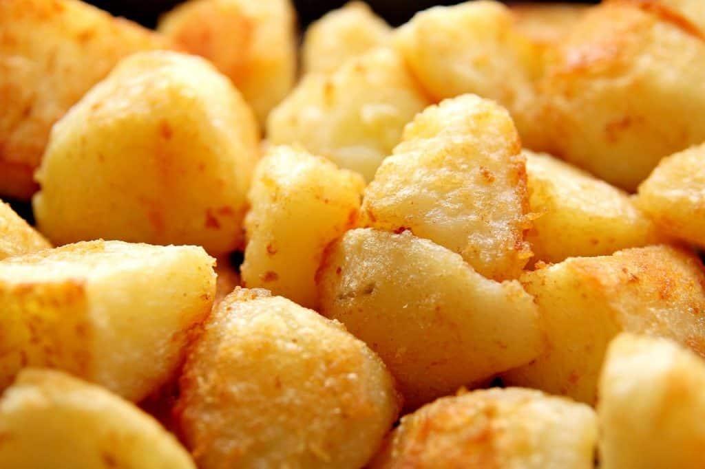 Imagem mostra batatas preparadas na airfryer.