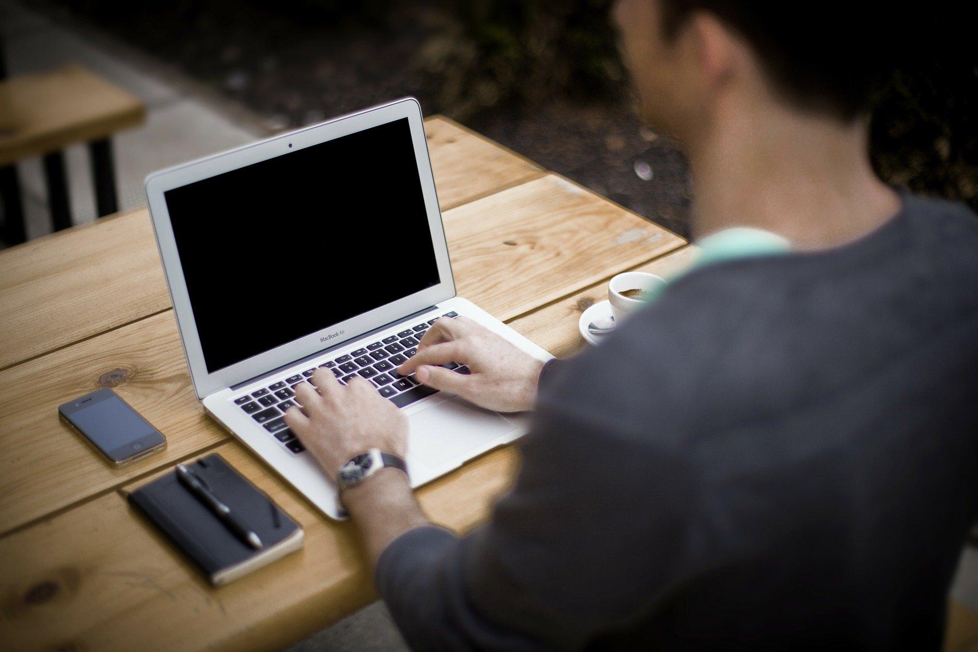 Persona escribiendo en portátil