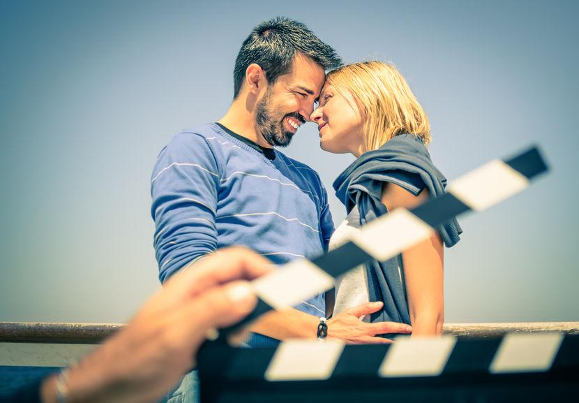 actores en filmación de escena romántica