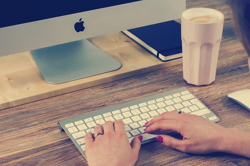 Imagem mostra uma pessoa digitando em um teclado sem fio.