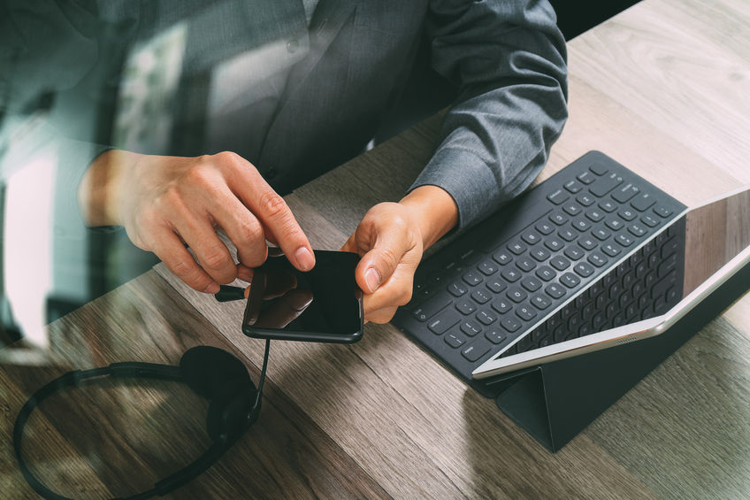 hombre con teclado para ipad
