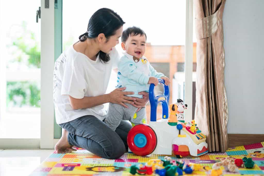 Mãe e criança no andador.
