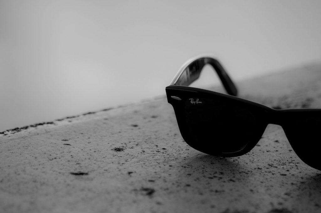 Óculos de sol do modelo Wayfarer da Ray Ban.