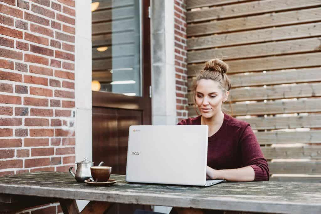 Imagem de uma mulher usando um chromebook.