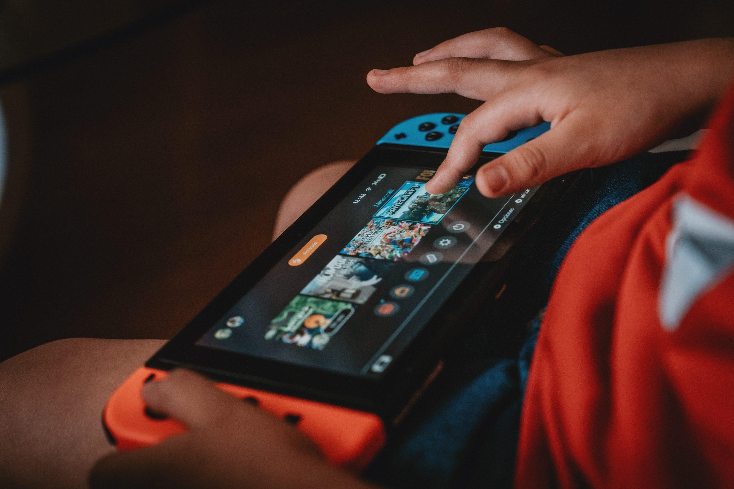 niño jugando con Nintendo switch
