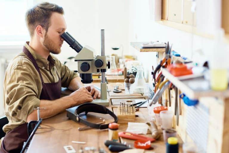 Hombre en su taller con microscopio