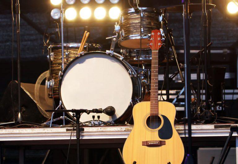 Un escenario lleno de instrumentos
