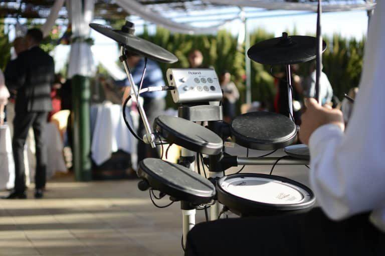 Hombre tocando bateria electrónica