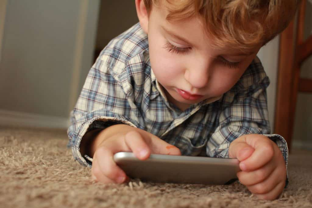 Imagem de uma criança usando um gadget.