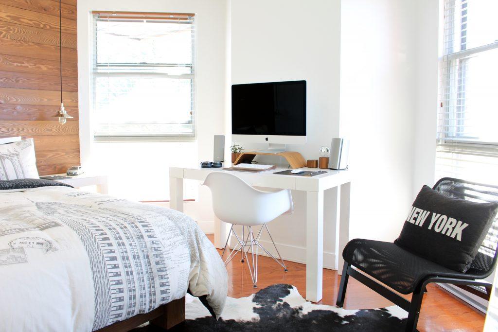 escritorio pequeño dentro de recamara