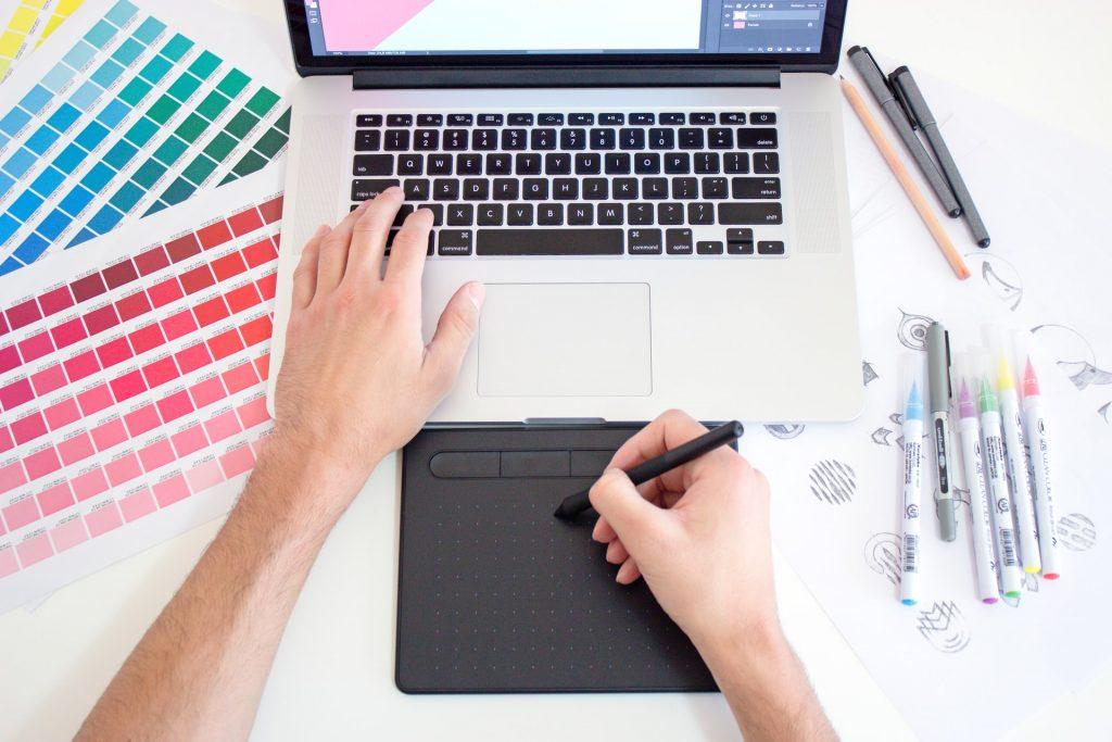 tableta de diseño y laptop
