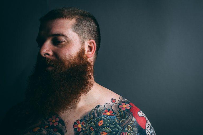 Imagem mostra um homem com uma barba longa e bem cuidada.