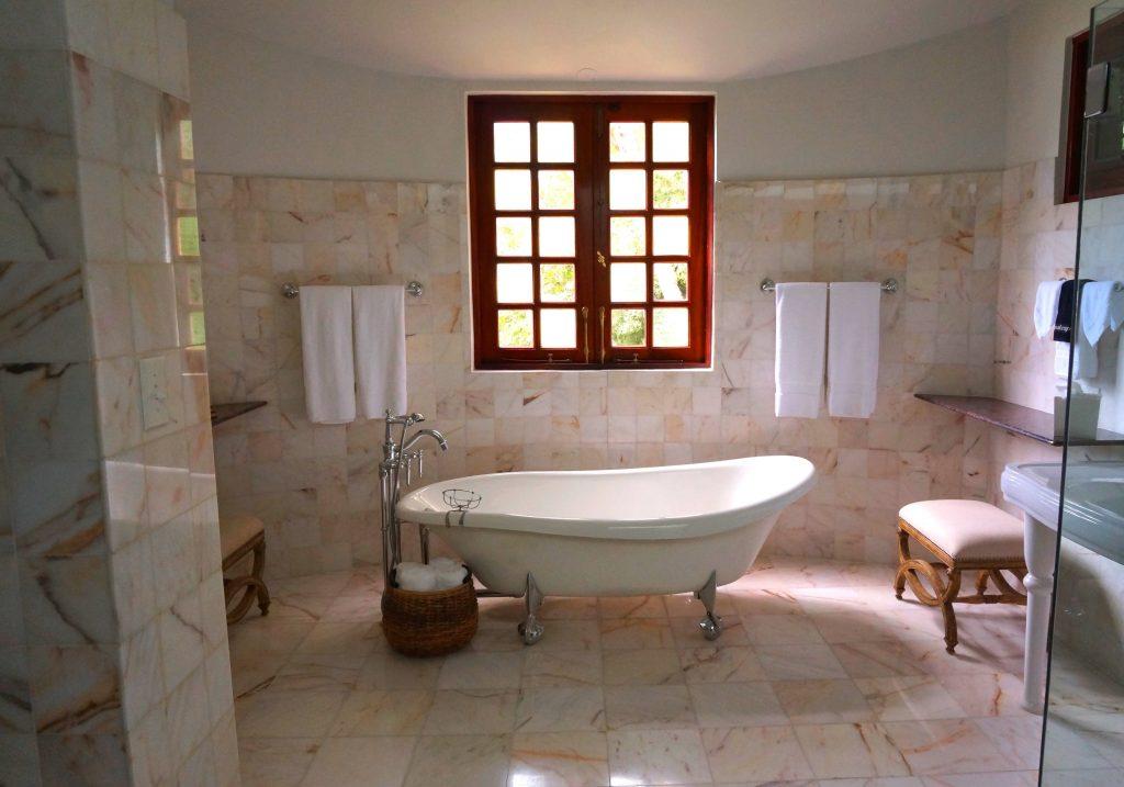 Banheiro com diversos toalheiros de parede