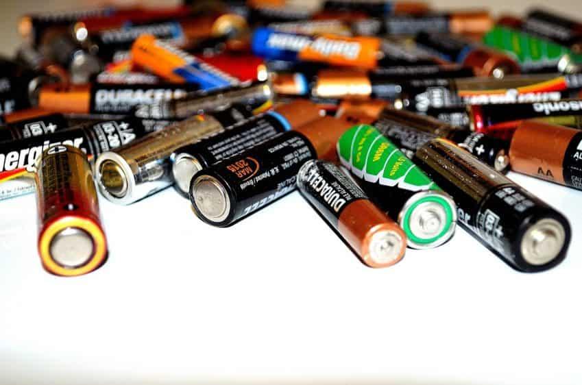 Imagem mostra várias pilhas de diferentes marcas e tamanhos em um fundo branco.