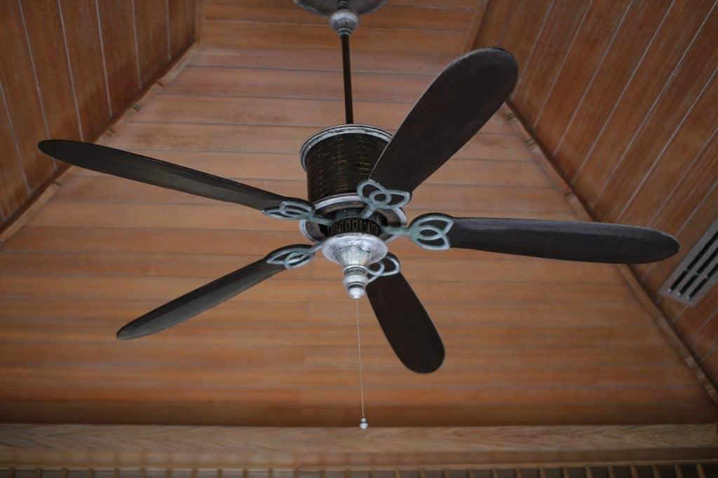 Imagem mostra um ventilador de teto de madeira.