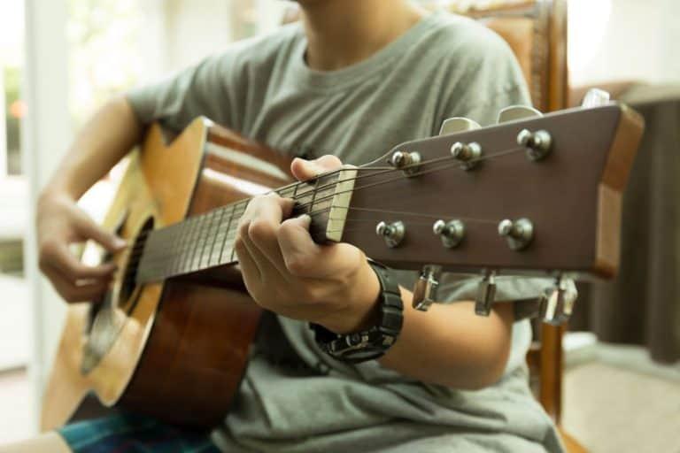Un chico tocando la guitarra