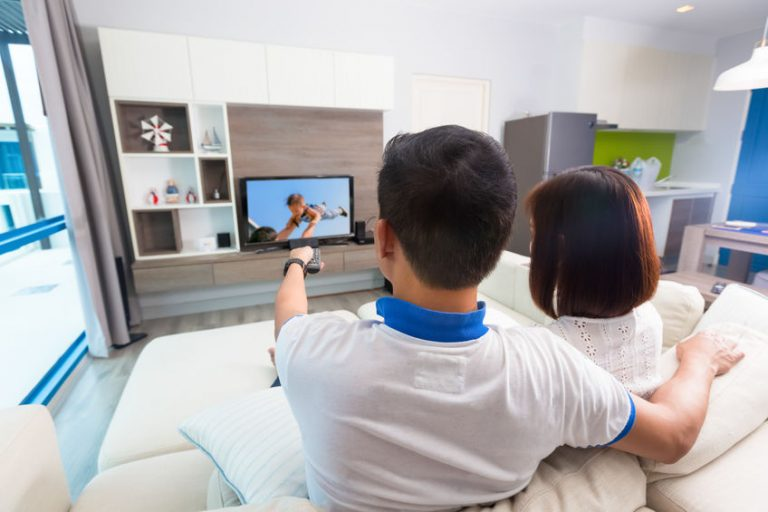 Personas viendo tv