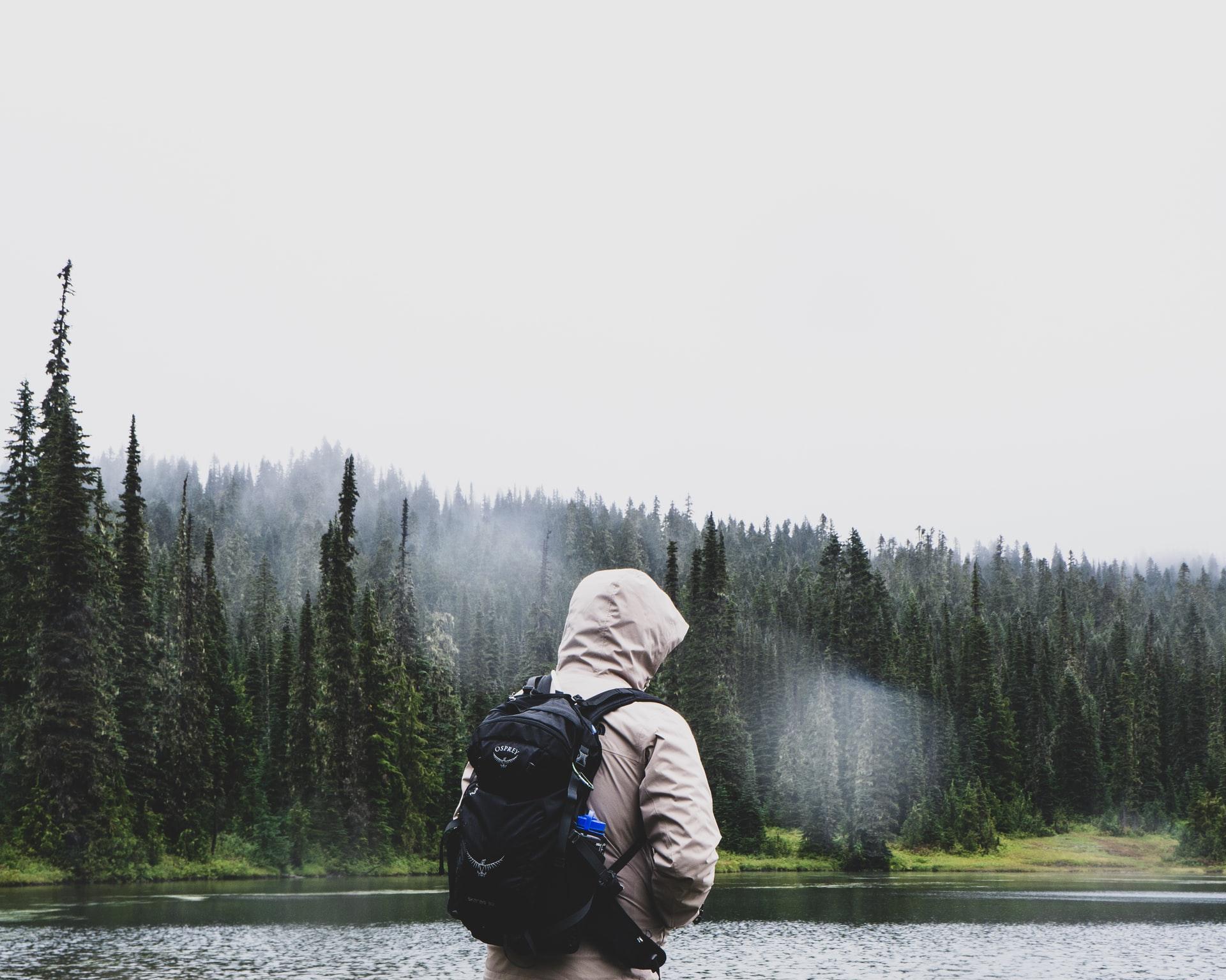 chico con mochila