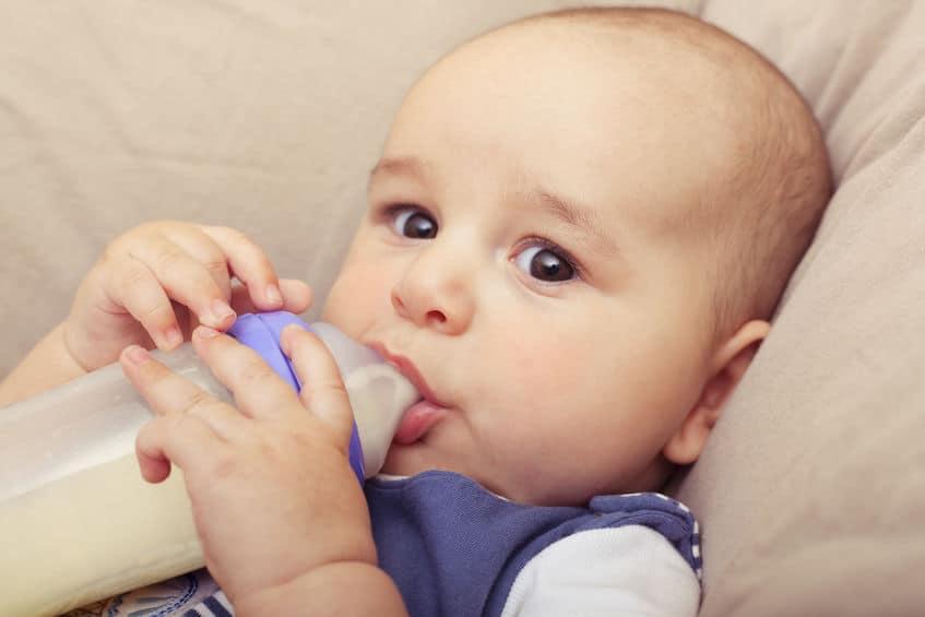 Imagem de bebê mamando em mamadeira.