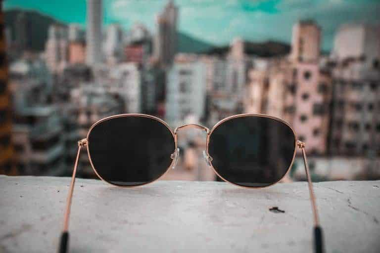 Gafas sobre barandal
