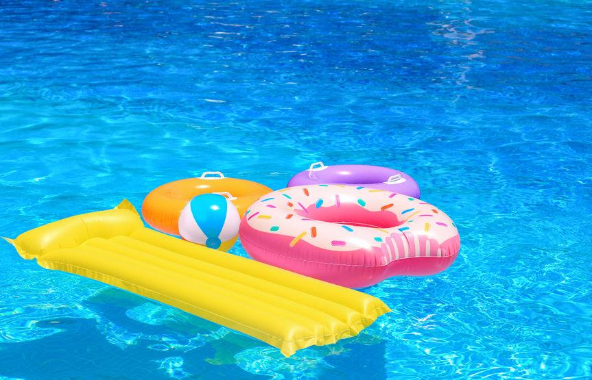 flotadores en piscina