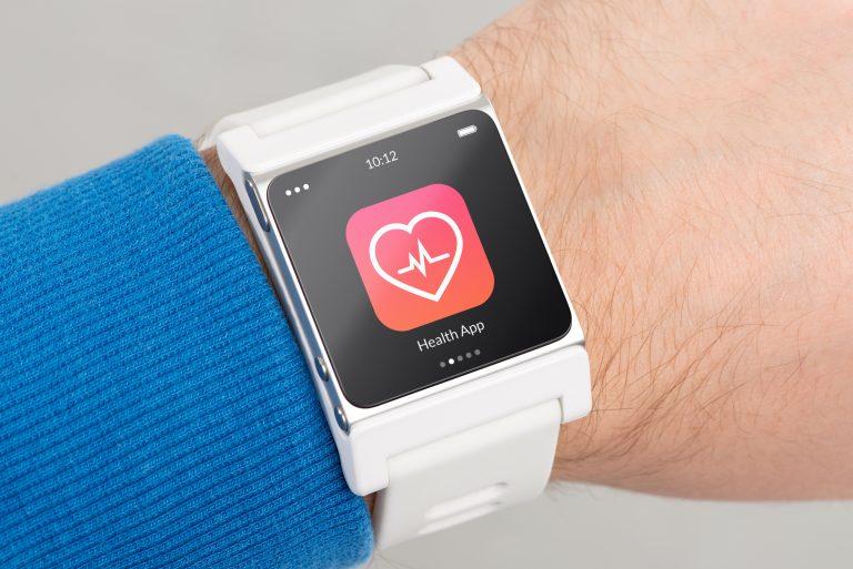 Mano con Smartwatch